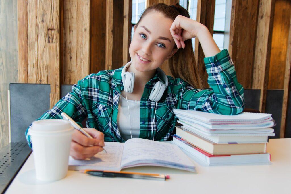glad pige laver lektier