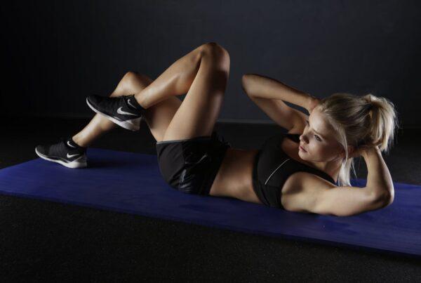 kvinde som træner på måtte