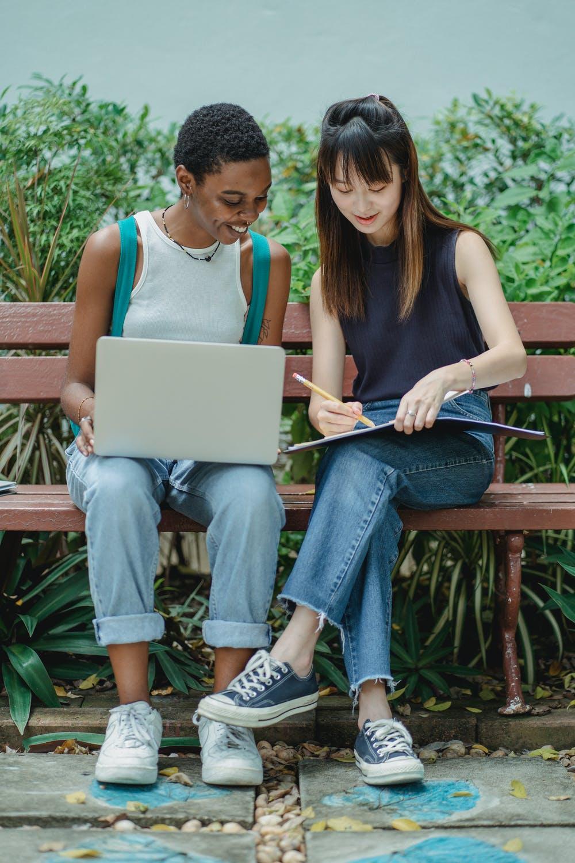 To piger med computer