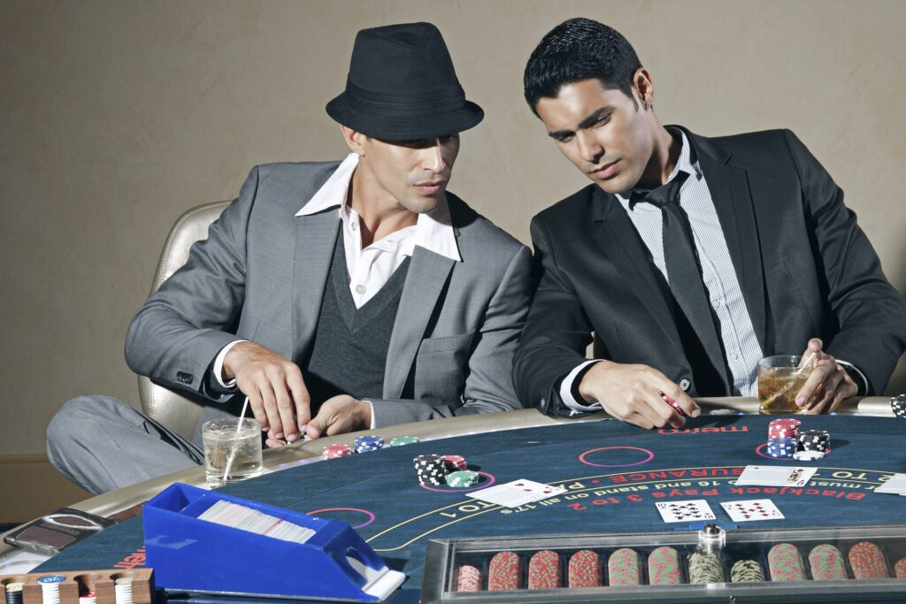 Mænd der spiller poker